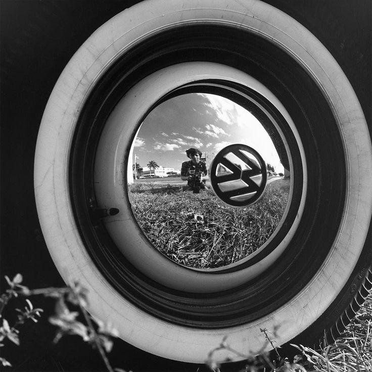 Vivian Maier - Self-Portrait, 1960 - Photographe de rue américaine. Cet autoportrait m'a plu car il a un air rétro, la brillance attire l'œil et le fait qu'elle soit prise dans une jante apporte de l'originalité. L'image principale se trouve donc dans la jante d'une Volkswagen. Celle-ci reflète d'une part Vivian Maier et d'une autre, la nature qui l'entoure. Le fait qu'elle soit prise dans la jante donne un effet de brillance. (Salomé)