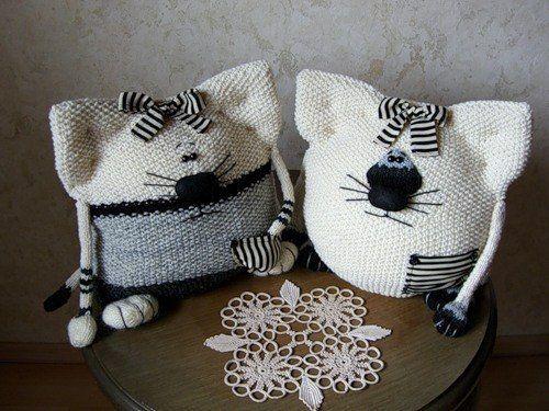 Игрушки вязанные - котики-подушки