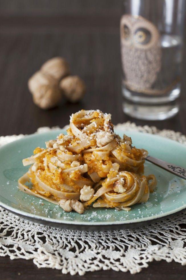 Le tagliatelle con zucca e noci sono un primo piatto vegetariano adatto per l'autunno seguendo la stagionalità della zucca che va da settembre a dicembre.