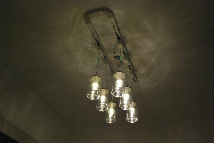 Riciclo intelligente dei vasetti: un lampadario del bagno