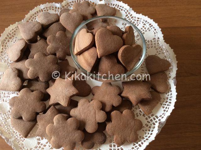 I biscotti con pasta frolla alla nutella sono facili da preparare, basta aggiungere un pò di nutella alla classica pasta frolla.