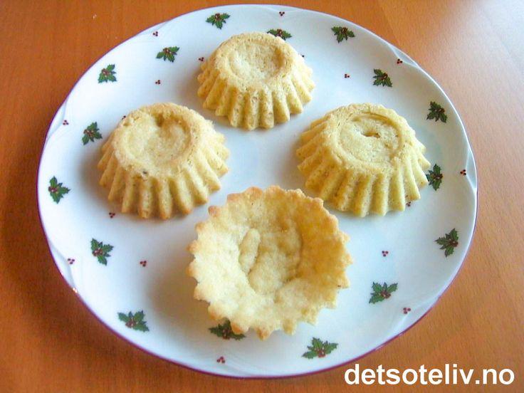 """Her er en gammel og kjempegod oppskrift på """"Sandkaker"""" som lages med skåldede mandler. Oppskriften gir 40 stk. Se også den tradisjonelle oppskriften på """"Sandkaker"""" eller den svenske varianten som heter """"Mandelmusslor""""."""
