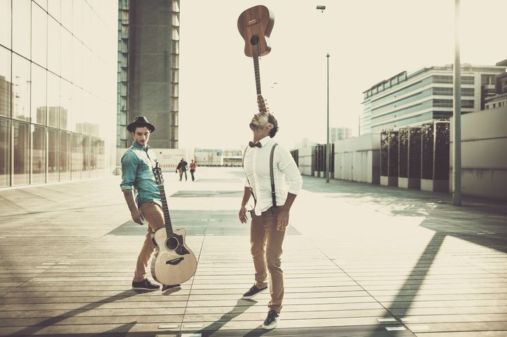 Les Frero Delavega et leurs guitares