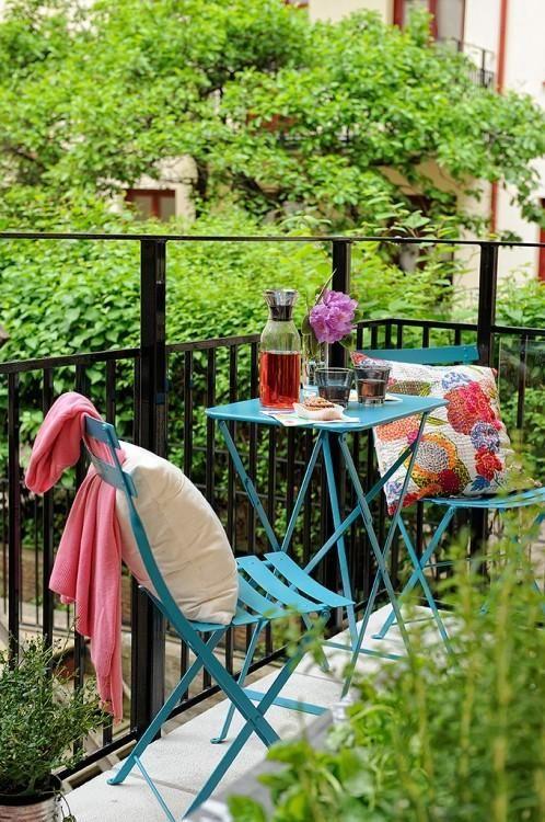 7 tips para balcones y terrazas Small&LowCost | Decoración Outdoor Retreat, Outdoor Rooms, Outdoor Living, Outdoor Furniture Sets, Outdoor Decor, Balcony Furniture, Blue Furniture, Outdoor Patios, Outdoor Kitchens