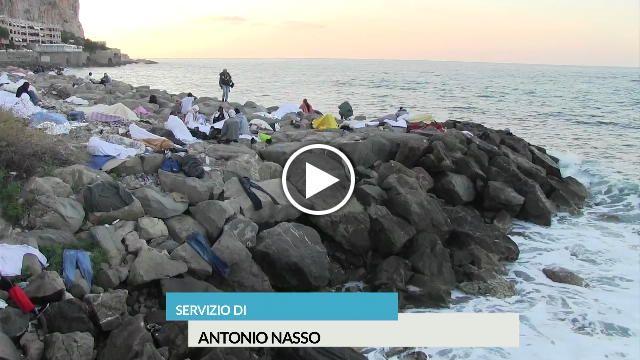 Su una roccia o su un tappeto, a piedi nudi: molti dei migranti di religione musulmana che hanno dormito sugli scogli di Ventimiglia nella...