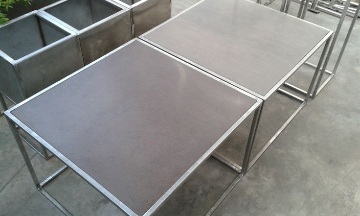 """Tavolini con struttura di acciaio e piano in piastrella di gres di vari colori. Pratici ,eleganti e la piastrella è facilmente removibile per cambiare """"faccia"""" al tavolino a seconda dell'umore !"""