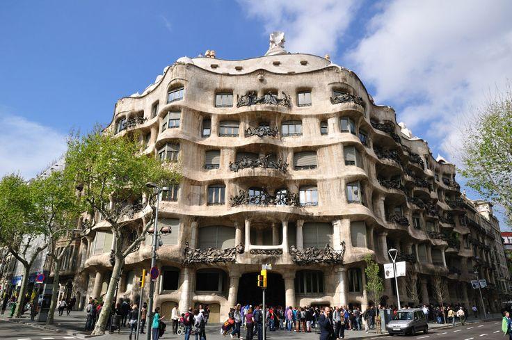 Casa Milà conocida como La Pedrera debido a su rústico aspecto pétreo, es un edificio modernista creado por Gaudí entre los años 1906 y 1912.Ella refleja la plenitud artística de Gaudí en un momento en el que trabajaba en diferentes proyectos de la ciudad. La parte más peculiar de La Pedrera es la azotea, un espacio insólito . En esta original zona las torres de ventilación y las chimeneas se convierten en sorprendentes esculturas de guerreros petrificados.