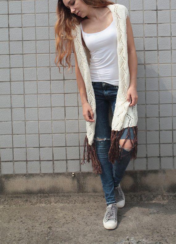 Hand Knit lang vest / vest! Het is gemaakt van dik wol / acryl zacht garen met prachtige weven patroon en bruine rand rond hem. U kunt dragen tank en lange mouwen tee shirt eronder. Warm, gezellig en stijlvol! Het gaat goed met jeans en laarzen.  Maat: S (ons 0-4) M(us 6-8) L (VS 10-12) Pls. Kies uw grootte wanneer u uitcheckt.  Kleur: wit-crème  Handwas in koud water met schoonmaakmiddel of shampoo en drogen.  Klik om te zien meer truien…