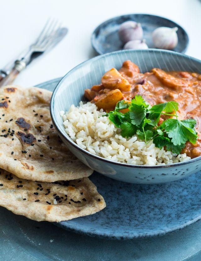 Vegetarisk indisk curry med kartofler og kidneybønner