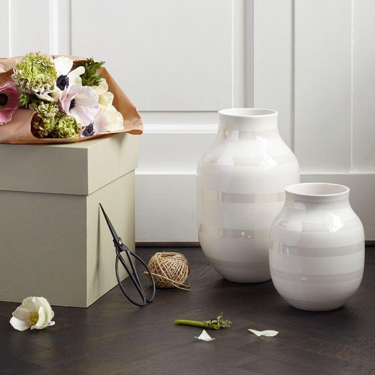 Den ikoniske Omaggio vase nu i en smuk perlemorstribet udgave. Omaggio vasen med striber af perlemor er inspireret af den nordiske natur og giver et smukt spil. Den nye omaggio vase i perlemor er et must-have og passer ind i de fleste hjem.