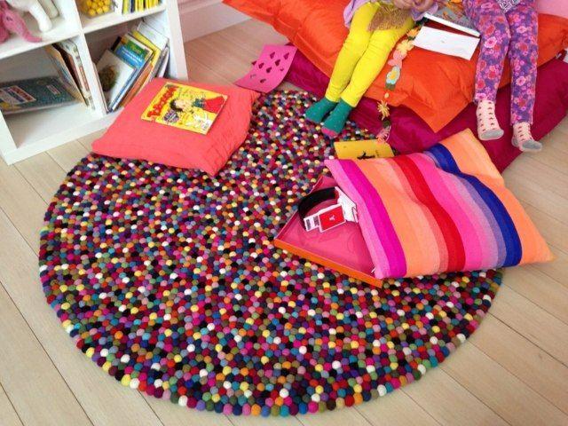 Legen Sie einen #Teppich ins Kinderzimmer und gleich wird es zum Spielplatz! Unsere bunte, runde #Fulzkugelteppiche sind genau das Richtige für Kinder. Der Alisha Teppich wird komplett angefertigt und ist in verschiedenen Großen bestellbar: http://www.sukhi.de/rund-alisha-filzkugelteppiche.html