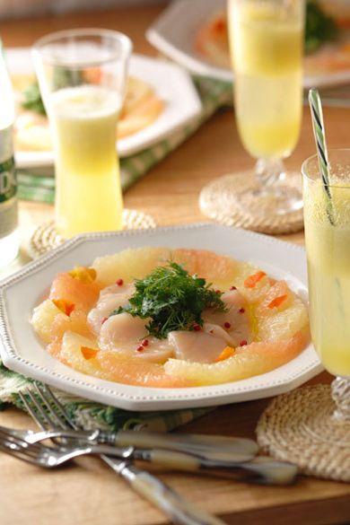 風薫る気持ちの良い季節。食卓にも、フレッシュなフルーツを使ったメニューで爽やかな風を。 「ホタテとフルーツのカルパッチョ」は、ハーブのほろ苦さがポイント。おもてなしにもおすすめの、洗練されたひと皿です。やさしい甘みを味わう、フレッシュメロンのドリンク2種も添えて。