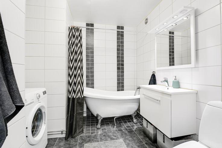 schyst badrum - kolla tassarna på badkaret - det är detaljerna som gör det!