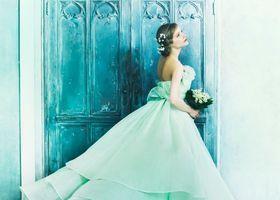 【若草色ドレス】若草色、エメラルドグリーン、ミントカラーのウェディングドレスをご紹介*ノバレーゼのカラードレスやセクシーなスタイルのドレス、ヴィンテージ風ドレスも盛りだくさん!春夏の花嫁さんにオススメのカラーです*