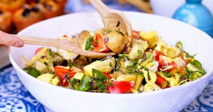 Aiolidressing med tydligt sting av vitlök passar bra med potatis och kronärtskockor. Servera till grillat lamm eller lax. Såsen kan du använda till allt - dippa grönsaker i, ringla över grillad fisk eller nykokta primörer.