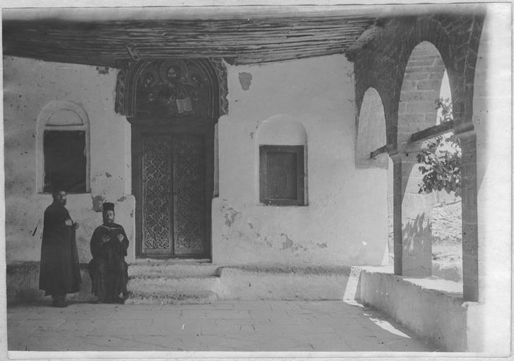 Opérateur K (code armée, photographe) Grèce ; Thessalie ; Trikala ; Kalambaka; Les Français au Monastère des Météores (juin - juillet 1917). Moines à l'entrée de l'église. Date prise vue 1917.