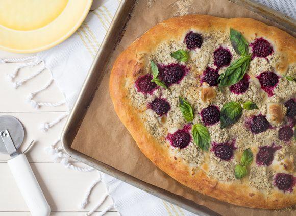 Tout le monde aime la pizza! Oubliez la livraison et faites plutôt une pizza maison grâce à notre recette de pizza aux mûres, au basilic et au fromage de chèvre. Essayez pour voir!