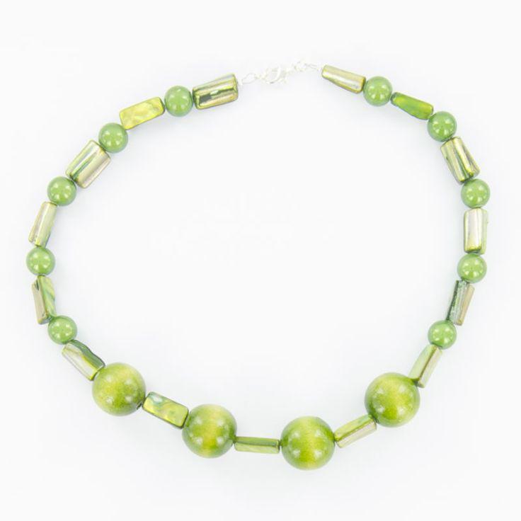 Collier création en bois teinté couleur verte, bijoux femme et homme de chez la marque Laoula.