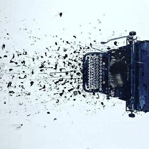 """""""Il rumore dei tasti della macchina da scrivere lo rasserenò, associò la frustata dei martelletti metallici sul foglio abbracciato al rullo agli spari di una pistola. Ogni lettera un colpo contro quella sagoma, prima compagna d'avventure ed ora improvvisamente nemica. Le sue parole uscivano dolci dalla canna di quell'arma d'altri tempi, ma arrivavano all'obiettivo gravi e determinate a ferire…"""
