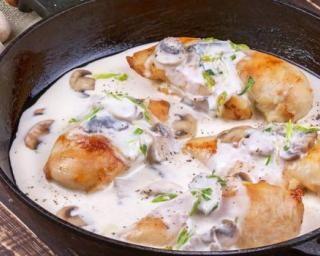 Poulet doré en crème d'estragon légère et champignons : http://www.fourchette-et-bikini.fr/recettes/recettes-minceur/poulet-dore-en-creme-destragon-legere-et-champignons.html