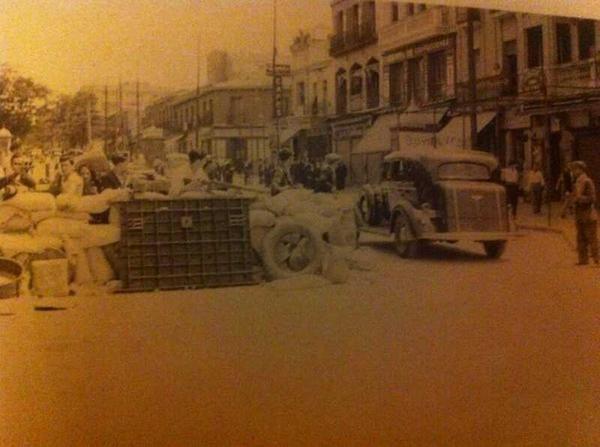 Barricada durante la Guerra Civil en el Puente de Vallecas. Hoy Avenida de la Albufera. #LaPequeñaRusia  vía @nauta72