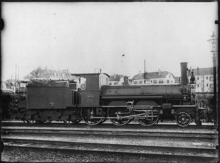 Perſonenzuglocomotive Nr. 1445 des Typs B 3/4 der Schweizeriſchen Bundesbahnen, gebaut 1893 inn der Schweizeriſchen Locomotiv- und Machines-Fabrique zů Winterthur (Fabr.-Nr. 830), bis 1895 A3T Nr. 85, dann bis 1902 Nr. 185 der Schweizeriſchen Nordoſtbahn, 1917 an die Militaire-Eiſenbahn-Generaldirection Brüſſel als P41 Nr. 1807, Abbruchjahr unbekannt; aufgnommen um 1903 im Fahrzeug-Dépôt F zů Zürich.
