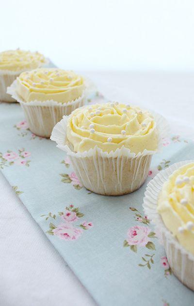 Vanilje-cupcakes med pasjonsfruktfrosting | Kakefabrikken