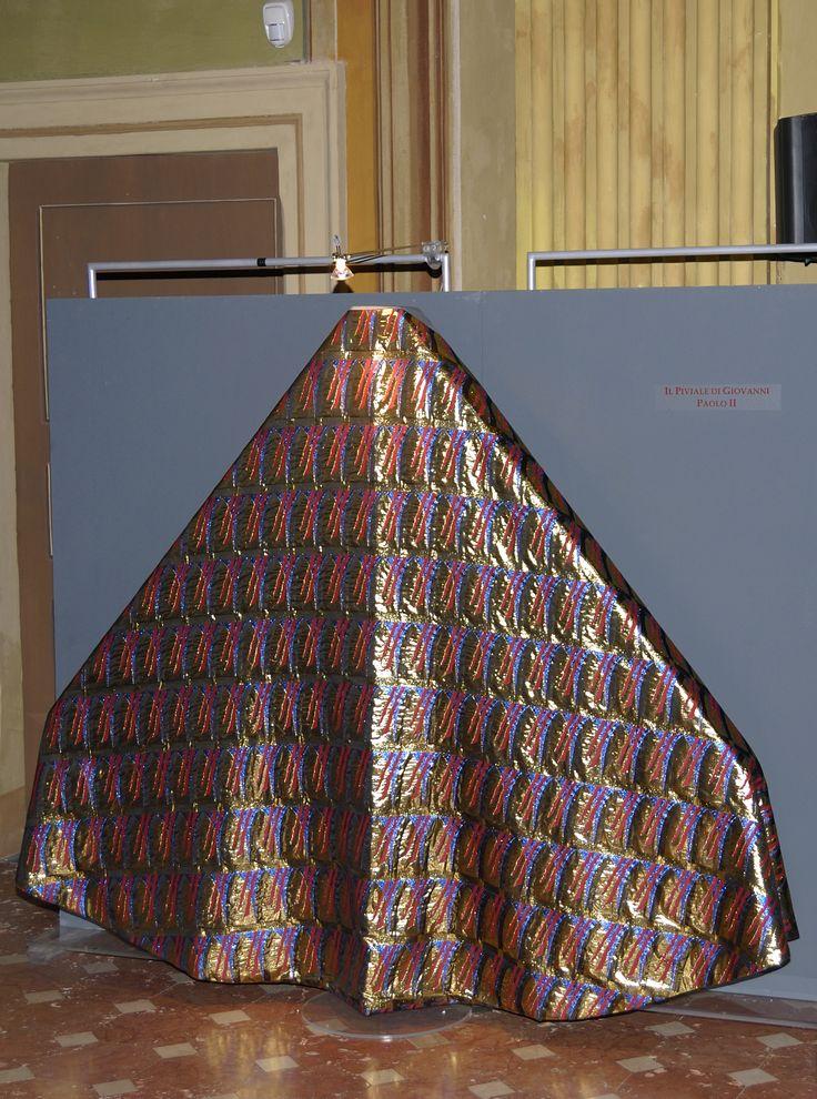 Il piviale di Giovanni Paolo II è stato disegnato e confezionato espressamente per essere indossato da Giovanni Paolo II durante l'apertura della Porta Santa della Basilica Vaticana, nella notte di Natale del 1999, in occasione dell'inaugurazione del grande Giubileo del 2000. E' realizzato in acetato, poliestere e seta tessuti con tecnica jacquard su telaio elettronico; è stato ideato da Gianluca Scattolin e Stefano Zanella di Treviso e tessuto presso le manifatture di Prato.