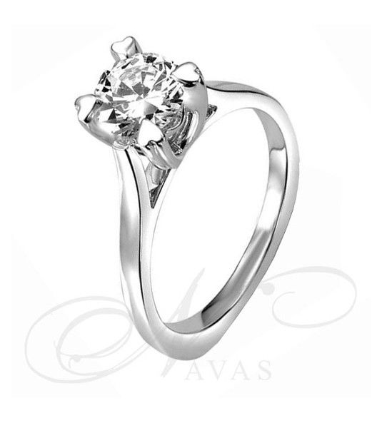 El solitario de diamantes PATRICIA es un precioso anillo de diamantes de oro de 18 quilates, y diamantes de alta calidad. Es una opción original como solitario de pedida, ya que cuenta con un romántico detalle al finalizar las garras, que sostienen el diamante, en forma de corazón. Por la misma razón, es la joya ideal para regalar en una ocasión señalada, o para una sorpresa a una persona especial.