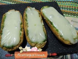 Crostini pesto di pistacchi e brie