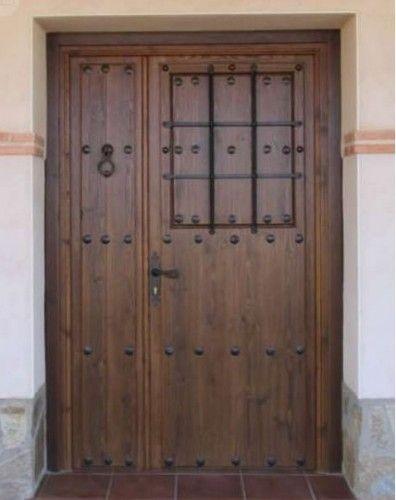 Puerta calle dos hojas reja grande color nogal oscuro for Puertas principales de madera rusticas