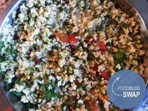 Heerlijke frisse bulgur salade. Lekker als bijgerecht bij vleesgerecht of bbq maar ook als maaltijdsalade.  Simpel te maken! Kook 200gr bulgur zoals aangegeven op de verpakking en laat helemaal afkoelen. Voeg daarna toe half bosje peterselie, half bosje koriander, half bosje munt en half bosje bieslook , fijngesneden. Een sappige, grote tomaat in kleine blokjes en sap van een halve citroen en olijfolie.  Voor een maaltijdsalade voeg je bijvoorbeeld blokje gerookte kipfilet toe.