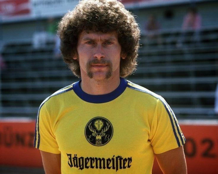 Paul Breitner con la maglia dell'Eintracht Braunschweig, la prima squadra a esibire sulla propria maglia uno sponsor commerciale. (Foto bundesligaclassic.tumblr.com) #storia #calcio #sport