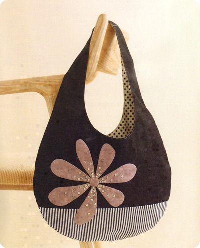 bolso negro con flor