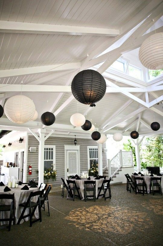 Mooie originele combinatie! Witte en zwarte lampionnen.  Black and white paper lanterns.  Wedding Ideas, weddingIdeas, wedding inspiration #lampion #paperlantern #eventstyling #wedding #weddingplanner #events #trouwen #feest #design #decoration #lanterne #feest #eventdesign #eventdesigner #huwelijk Bruilofts versiering, huwelijks ideeën, Lantaarns, bruiloft decoratie Weddingdecoration