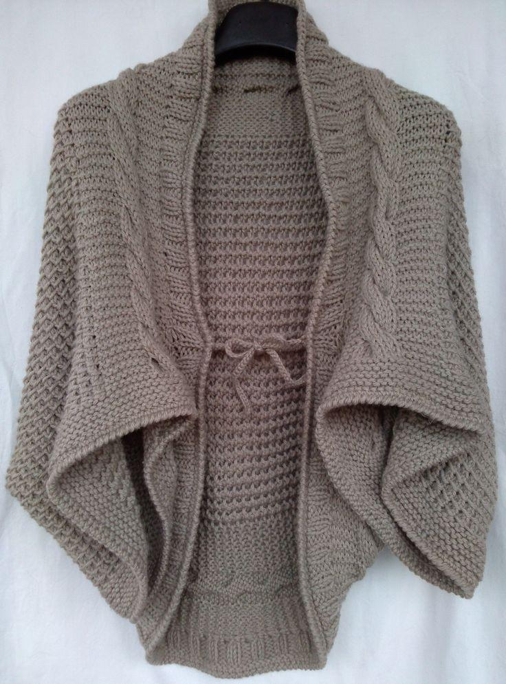 Mantella da donna realizzata in lana. Lavorazione a maglia. Knit.