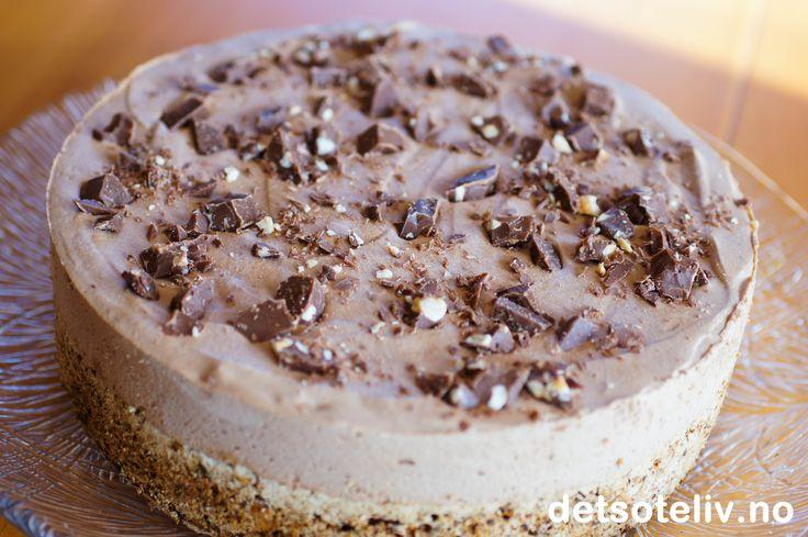 Dette er en FANTASTISK iskake! Jeg bruker Firkløversjokolade i både kakebunnen, isen og til pynt. Iskaken får dermed en kremete, fyldig og intens smak av melkesjokolade og hasselnøtter. Gled deg!