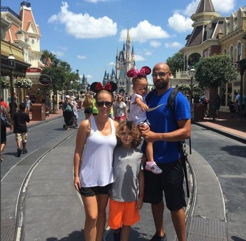 Kendra Wilkinson and Hank Baskett take their kids Hank and Alijah to Dinsey World (July 31, 2016)
