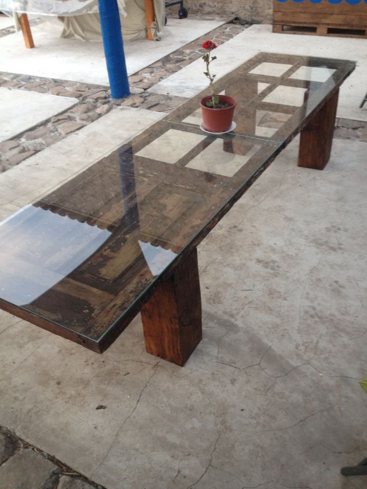 Puerta transformada en mesa para terraza