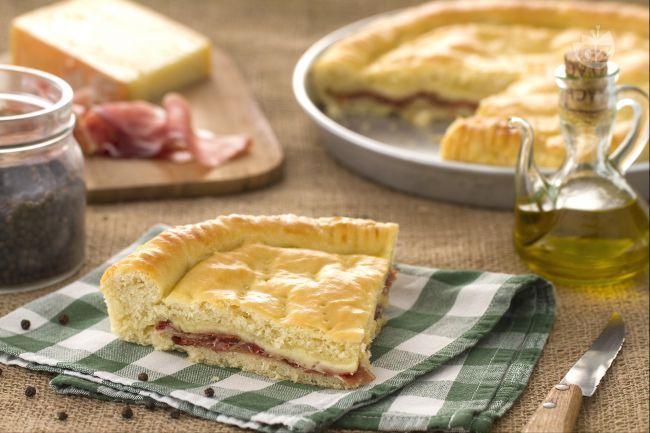 La torta rustica con speck e fontina è una torta salata molto gustosa ideale da servire come piatto unico o come aperitivo, magari tagliata a cubetti.