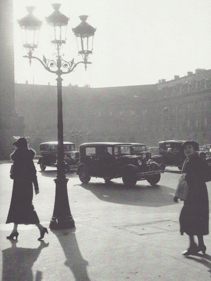 Roger Schall- Deux femmes place Vendôme, Paris, 1934