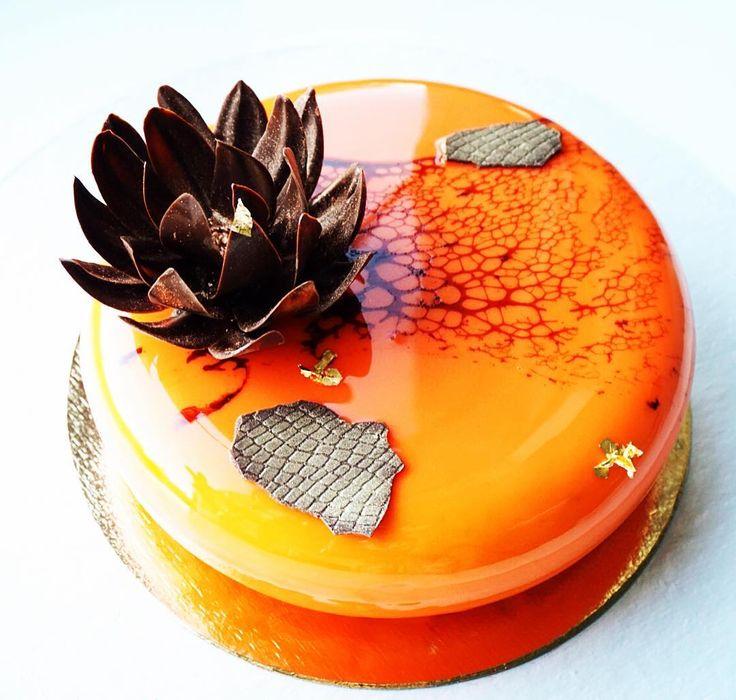 Mango-Passion Fruit. Манго-маракуйя. Немного с леопардом🐆. А вообще, темперировать шоколад в 30 градусов -то ещё развлечение 😅 #тортекб #тортекатеринбург #chocolateflower #moussecake #муссовыйторт