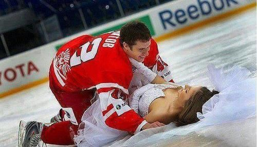 Bride and groom on the ice - hockey wedding picture! OMG!!!! Im gonna make sure that happens to me!!!!!