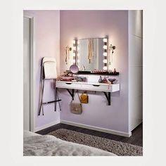 Totalmente creado con muebles de Ikea esta opción es muy practica para pisos pequeños donde no se dispone de espacio para un tocador. Quizás le añadiría una pequeña cajonera con ruedas para aumentar la capacidad de almacenaje, ya que disponemos de poco espacio para guardar nuestro maquillaje. De esta idea, me quedo con la repisa para cuadros, que nos sirve para colocar nuestros esmaltes y nos ayuda a despejar la superficie.: