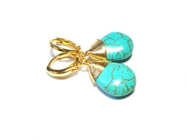 **Creolen Türkis**, vergoldet, mit tropfenförmigem Türkis, umwickelt mit Golddraht. Die Creolen sind insg. ca. 25 mm lang, der Türkis-Tropfen ist etwa 9 x 13 mm groß.