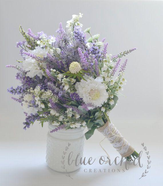 Dieser Strauß Wildblumen verfügt über Lavendel, lila Wildblumen, einige weiße Wildblumen und Licht blauen Akzenten. Shabby chic-Design hat ein wenig von einem rustikalen Touch mit den Stielen in Sackleinen, Spitze und Bindfaden umwickelt. Macht einen wunderschönen Brautstrauß.