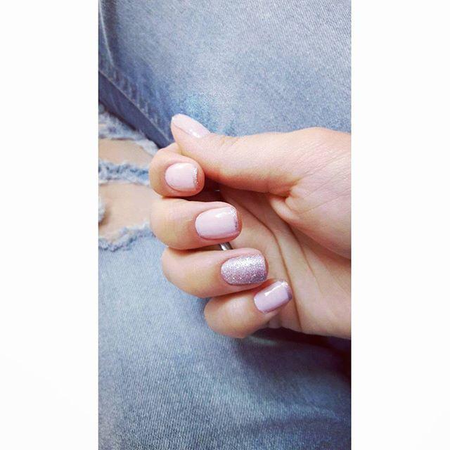 New nails :* Ue ... quanto tempo kkkk  Unha delicadinha e tudo de bom ne 💓 #unhas #francezinha #rosa #avon #cristal #esmaltes #brilho #nuderosado #dailus #candelabro #lookdodia  #longtimelongsee #nails #pink #simple #french #glitter #istagood #jeans #back  久しぶりに時間があったから塗りましたーーー。 久しぶりってことで、あえてsimpleな色にして、フレンチにしました😄  #ネイル #久々 #セルフネイル #ローズヌード #シンプル #フレンチネイル #キラキラ #ジーンズ