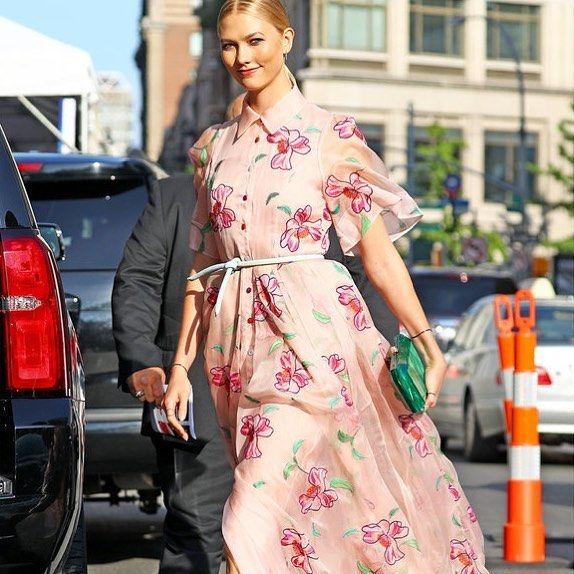 #ELLEfashion 花咲くカーリークロスの引き算ドレスアップ軽やかなシフォン素材に花が刺しゅうされたキャロリーナ ヘレラ2018リゾートコレクションのドレスでアワードへ出席したカーリーフェミニンなベビーピンクレトロなシャツスリーブの乙女心くすぐる一着に淡いブルーのストリングベルトとエメラルドグリーンのクラッチバッグでアクセントをON足もとはニールJロジャースのヌーディなサンダルで抜け感を計算してドレスをよりいっそう華やかに引き立たせて全身コーデはエルオンラインでチェック #elleonline #ellejapan #karliekloss @karliekloss  via ELLE JAPAN MAGAZINE OFFICIAL INSTAGRAM - Fashion Campaigns  Haute Couture  Advertising  Editorial Photography  Magazine Cover Designs  Supermodels  Runway Models