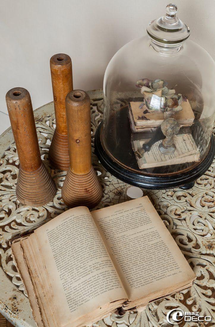 Composition avec des objets chinés dans la maison d'hôtes de charme 'Valdirose' près de Florence : bobines de filature en bois et socle Napoléon III chapeauté d'une cloche en verre 'Chehoma'