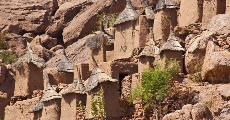 País Dogon: a origem da vida nas escarpas de Bandiagara, no Mali. Cada vilarejo conta com suas estruturas únicas de casas, celeiros, altares e santuários, além de plantações familiares que crescem em meio às rochas. Ali, os dogon cultivam cebola, alface, milho e até algodão.  Fotografia: Reprodução.